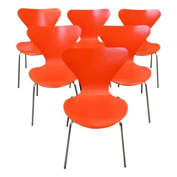 Model 3107 Butterfly Chairs by Arne Jacobsen - front and seat