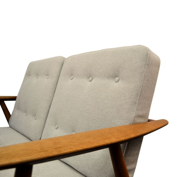 """Hans J. Wegner Two-seater Sofa Model GE-240/2 """"Cigar"""" - detail"""